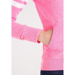 Superdry Bluza rozpinana winning pink snowy. Szare bluzy damskie marki Superdry, l, z nadrukiem, z bawełny, z okrągłym kołnierzem. W wyprzedaży za 350,10 zł.