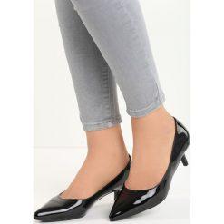 Czarne Czółenka Complicated. Czarne buty ślubne damskie Born2be, ze szpiczastym noskiem, na niskim obcasie, na szpilce. Za 49,99 zł.