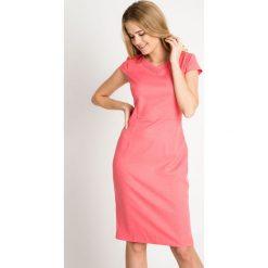Koralowa sukienka z cekinami na dekolcie QUIOSQUE. Pomarańczowe sukienki hiszpanki QUIOSQUE, l, z kopertowym dekoltem, z krótkim rękawem, mini, dopasowane. W wyprzedaży za 59,99 zł.