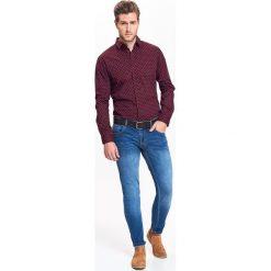 KOSZULA MĘSKA WE WZÓR O DOPASOWANYM KROJU. Szare koszule męskie marki Top Secret, w ażurowe wzory. Za 54,99 zł.