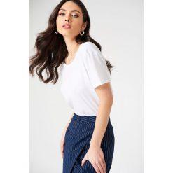 NA-KD Basic T-shirt z odkrytymi plecami - White. Różowe t-shirty damskie marki NA-KD Basic, z bawełny. Za 52,95 zł.
