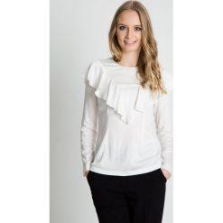 Bluzka w kolorze ecru z ozdobną falbaną BIALCON. Białe bluzki nietoperze marki BIALCON, eleganckie. W wyprzedaży za 167,00 zł.