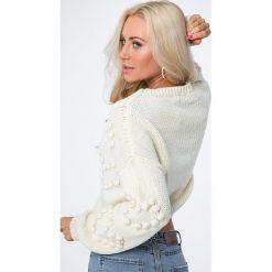 Sweter z serduszkami kremowy MISC216. Białe swetry klasyczne damskie Fasardi. Za 119,00 zł.