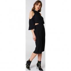 NA-KD Sukienka z wiązaniem na szyi - Black. Czarne sukienki na komunię NA-KD, z poliesteru, midi, z odkrytymi ramionami. W wyprzedaży za 80,98 zł.