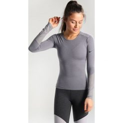 Topy sportowe damskie: Nike Performance DRY WRAP Koszulka sportowa gunsmoke/heather/black