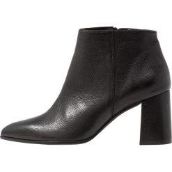 Paco Gil CLAIRE Ankle boot black. Czarne botki damskie na zamek Paco Gil, z materiału. Za 969,00 zł.