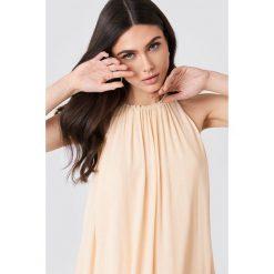 Filippa K Zwiewna sukienka z marszczeniem - Orange. Pomarańczowe sukienki z falbanami marki Filippa K, z poliesteru, midi, proste. W wyprzedaży za 405,18 zł.