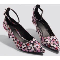 NA-KD Shoes Satynowe czółenka z paskiem - Multicolor. Szare buty ślubne damskie marki NA-KD Shoes, w paski, z satyny, na obcasie. W wyprzedaży za 48,59 zł.