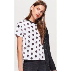 Koszulka w grochy kolekcja EQUAL - Biały. Białe t-shirty damskie Cropp, l, w grochy. W wyprzedaży za 14,99 zł.