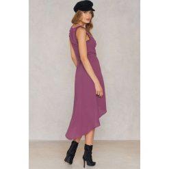 FAYT Sukienka Thorn - Purple. Fioletowe sukienki z falbanami marki FAYT, w paski, z poliesteru, bez rękawów. Za 233,95 zł.