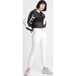 GStar Jeans Skinny Fit yield white ultimate stretch denim. Białe rurki damskie marki G-Star. W wyprzedaży za 365,40 zł.