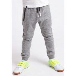 Spodnie chłopięce: Spodnie dresowe dla małych chłopców JSPMD100 – średni szary melanż – 4F