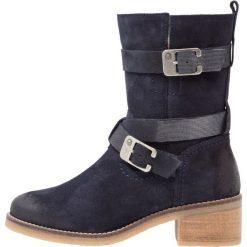 Be Natural WIDE FIT Kowbojki i Buty motocyklowe navy. Niebieskie buty zimowe damskie Be Natural, z materiału. W wyprzedaży za 263,45 zł.