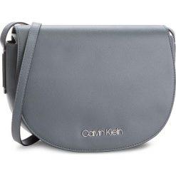 Torebka CALVIN KLEIN - Frame Med Saddle Bag K60K604451 008. Szare listonoszki damskie marki Calvin Klein, ze skóry ekologicznej. Za 449,00 zł.