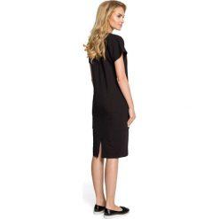 MONIQUA Sukienka ołówkowa z ozdobną stójką - czarna. Czarne sukienki balowe Moe, na co dzień, s, z bawełny, ze stójką, ołówkowe. Za 129,99 zł.