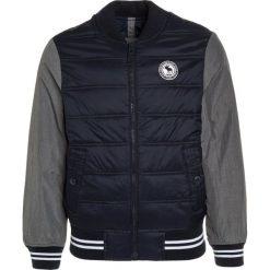 Abercrombie & Fitch TIPPED Kurtka zimowa navy/grey. Niebieskie kurtki chłopięce zimowe marki Abercrombie & Fitch. W wyprzedaży za 263,20 zł.