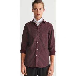 Bawełniana koszula z drobnym wzorem - Bordowy. Czerwone koszule męskie Reserved, m, z bawełny. Za 119,99 zł.