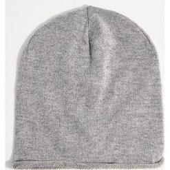 Dzianinowa czapka z metalizowaną nicią - Jasny szar. Czerwone czapki zimowe damskie marki Mohito, z bawełny. Za 29,99 zł.