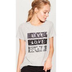 Koszulka z cekinową aplikacją - Jasny szar. Szare t-shirty damskie marki Mohito, l, z aplikacjami. W wyprzedaży za 39,99 zł.