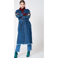 NA-KD Dżinsowa kurtka z haftem - Blue. Niebieskie kurtki damskie NA-KD, z haftami. W wyprzedaży za 97,19 zł.
