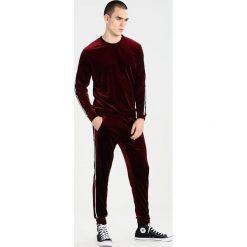 Spodnie męskie: Liquor N Poker VELOUR SPORTSTRIPE Spodnie treningowe burgundy
