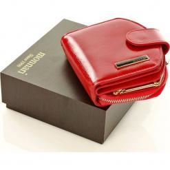 MONNARI Skórzany portfel portmonetka czerwony. Brązowe portfele damskie marki Monnari, w paski, z materiału, średnie. Za 125,00 zł.