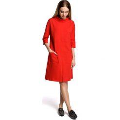 Czerwona Sukienka Trapezowa przed Kolano w Sportowym Stylu z Kieszeniami. Czerwone sukienki dzianinowe Molly.pl, na co dzień, l, z aplikacjami, sportowe, midi, oversize. Za 129,90 zł.