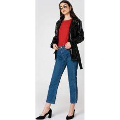 NA-KD Trend Lakierowana kurtka ze sztucznej skóry - Black. Białe kurtki damskie marki NA-KD Trend, z nadrukiem, z jersey, z okrągłym kołnierzem. Za 323,95 zł.