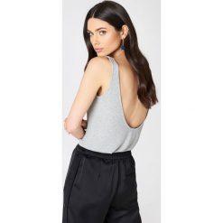 Podkoszulki damskie: NA-KD Trend Podkoszulek z głębokim dekoltem na plecach - Grey