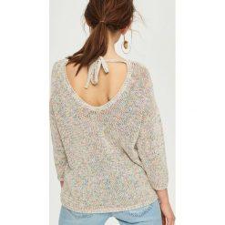 Swetry damskie: Luźny sweter z wiązaniem - Kremowy