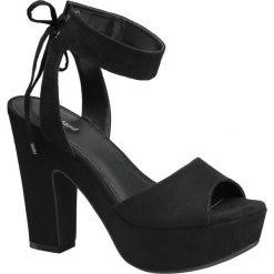 Sandały na obcasie Graceland czarne. Czarne rzymianki damskie Graceland, w paski, z materiału, na wysokim obcasie, na obcasie. Za 99,90 zł.