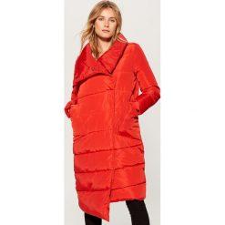 Płaszcz z asymetrycznym dołem - Czerwony. Czerwone płaszcze damskie pastelowe Mohito. Za 279,99 zł.