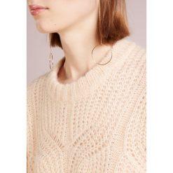 DESIGNERS REMIX VICKI CABLE Sweter nude. Szare swetry klasyczne damskie DESIGNERS REMIX, m, z materiału. Za 899,00 zł.