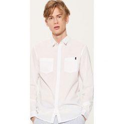 Koszula z kontrastowymi detalami - Biały. Białe koszule męskie marki House, l, z kontrastowym kołnierzykiem. W wyprzedaży za 49,99 zł.