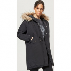 Ciepły płaszcz z kapturem - Czarny. Czarne płaszcze damskie marki Cropp, l. W wyprzedaży za 219,99 zł.