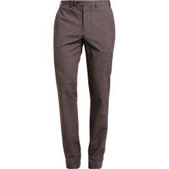 Chinosy męskie: Cortefiel PANTALON ESTRUCTURA Spodnie materiałowe dark brown