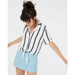 Koszula z kołnierzykiem z klapami i węzłem. Niebieskie koszule damskie Pull&Bear, z krótkim rękawem. Za 59,90 zł.