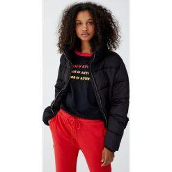 Koszulka z kontrastowym obszyciem. Czarne t-shirty damskie Pull&Bear, z kontrastowym kołnierzykiem. Za 29,90 zł.