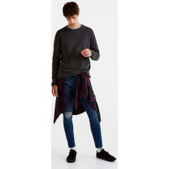 Sweter basic z dekoltem w jodełkę. Szare swetry klasyczne męskie marki Pull & Bear, moro. Za 39,90 zł.