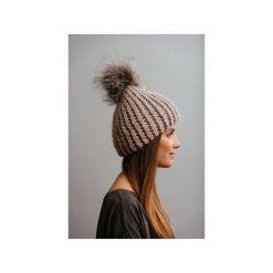 Czapki zimowe damskie: POMPOM – beżowa czapka z naturalnym futerkiem