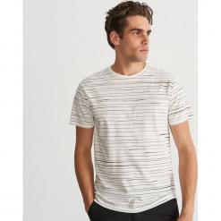 Bawełniany T-shirt w paski - Kremowy. Białe t-shirty męskie Reserved, l, w paski, z bawełny. Za 39,99 zł.