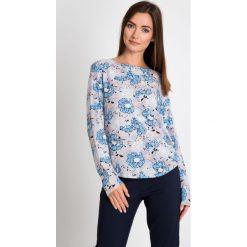 Szara bluzka w niebieskie kwiaty QUIOSQUE. Niebieskie bluzki asymetryczne QUIOSQUE, w kwiaty, z tkaniny, eleganckie, z okrągłym kołnierzem, z długim rękawem. W wyprzedaży za 39,99 zł.