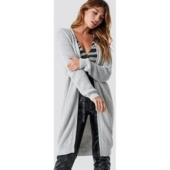 NA-KD Sweter z obniżonymi ramionami - Grey. Szare swetry klasyczne damskie NA-KD, ze splotem. Za 202,95 zł.