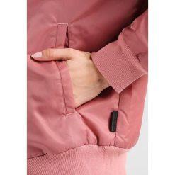 Reebok FAVORITE  Kurtka Outdoor pink. Czerwone kurtki sportowe damskie marki Reebok, s, z materiału, outdoorowe. W wyprzedaży za 284,25 zł.