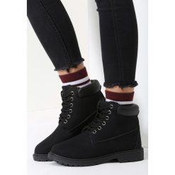 Czarne Traperki Untoward. Czarne buty zimowe damskie marki vices, z materiału, z okrągłym noskiem, na obcasie. Za 79,99 zł.
