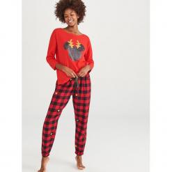Piżama dwuczęściowa Disney - Czerwony. Czerwone piżamy damskie Reserved, l, z motywem z bajki. Za 129,99 zł.