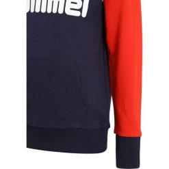 Hummel HOODIE Bluza z kapturem peacoat. Czerwone bejsbolówki męskie Hummel, z bawełny, z kapturem. Za 189,00 zł.