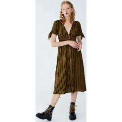 Sukienka midi w paski z węzłem. Czarne sukienki hiszpanki Pull&Bear, w paski, midi. Za 99,90 zł.