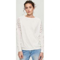 Bluzy damskie: Bluza z ażurową aplikacją na rękawach – Kremowy