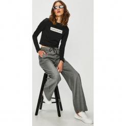 Calvin Klein Jeans - Spodnie. Szare boyfriendy damskie Calvin Klein Jeans. Za 649,90 zł.